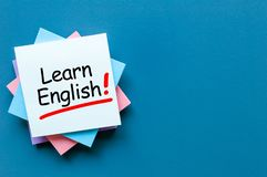 Lernen Sie Englisch - Anmerkung am blauen Hintergrund mit leerem Raum für Text stockbilder
