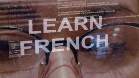 Lernen Sie französischen Text auf Hintergrund des weiblichen Entwicklers stock video footage