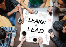 Lernen Sie plus die Führung, die auf ein Plakat mit Zeichnungen von Diagrammen geschrieben wird Lizenzfreie Stockfotos