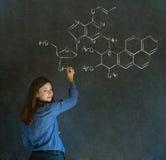 Lernen Sie Wissenschafts- oder Chemielehrer mit Kreidehintergrund Stockfotografie