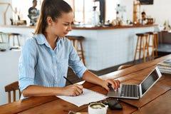 Lernen, studierend Frau, die Laptop-Computer am Café, arbeitend verwendet lizenzfreie stockfotos