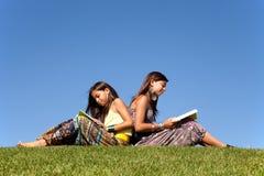 Lernen und Natur genießend Stockbild