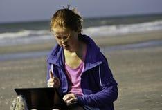 Lernen und Sozialisieren auf dem Strand Lizenzfreie Stockbilder