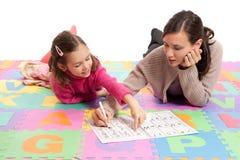 Lernen von Handschriftspraxis mit Lehrer stockfoto