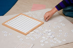 Lernen von Mathematik mit Montessori-Methode Lizenzfreie Stockfotografie