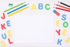 Lernen, wie man liest und schreibt Scherzen Sie ` s Schreibtisch mit leerem Notizbuch und bunten Buchstaben Stockbilder