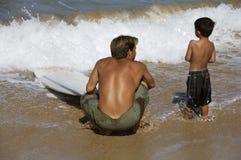Lernen zu surfen lizenzfreie stockbilder