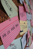 Lernend verschalt Spanisch mit Flash-Karten auf einem Korken Stockbilder