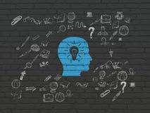 Lernkonzept: Kopf mit Glühlampe auf Wand Stockfotos