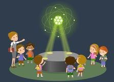 Lerntechnologie der Volksschule der Innovationsbildung und Leutekonzept - Gruppe Kinder, die zum Kohlenstoffatom schauen Lizenzfreies Stockfoto