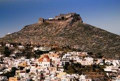 Leros ö, staden av den Agia marina med den forntida Venetian slotten i bakgrunden royaltyfria foton
