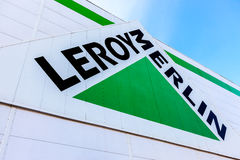 Leroy Merlin-merkteken tegen blauwe hemel Stock Afbeeldingen