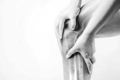 Lesão de joelho nos seres humanos dor do joelho, pessoa médico, mono destaque das dores articulares do tom no joelho imagem de stock royalty free