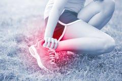 Lesão no calcanhar da mulher do esporte foto de stock