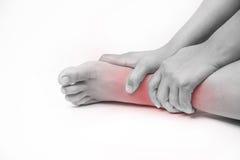 Lesão no calcanhar nos seres humanos dor do tornozelo, pessoa médico, mono destaque das dores articulares do tom no tornozelo imagens de stock