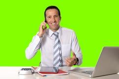Les 40 à 50 années heureuses d'homme d'affaires supérieur travaillant sur l'ordinateur ont isolé la clé verte de chroma Photographie stock libre de droits
