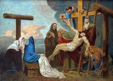 les 13èmes stations de la croix, corps de Jésus est enlevées de la croix Photo stock