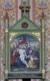 les 13èmes stations de la croix, corps de ` de Jésus est enlevées de la croix Photo libre de droits