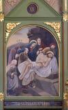 les 14èmes stations de la croix, Jésus est étendues dans la tombe et couvertes dans l'encens Photos libres de droits