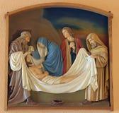les 14èmes stations de la croix, Jésus est étendues dans la tombe et couvertes dans l'encens Photo stock