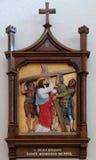 les 2èmes stations de la croix, Jésus est données sa croix Photo stock