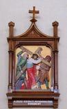 les 5èmes stations de la croix, Simon de Cyrene porte la croix Photo stock