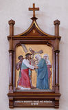 les 5èmes stations de la croix, Simon de Cyrene porte la croix Image stock