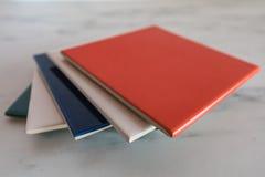 Les échantillons de tuiles colorées ont présenté d'un plat de marbre photographie stock libre de droits