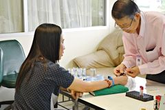 Les échantillons masculins de Blooding d'infirmière étaient patients, Thaïlande Photos stock