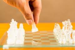 Les échecs en verre commencent le jeu Images stock