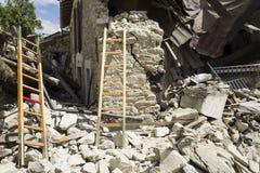 Les échelles sur le tremblement de terre endommagent des murs, Pescara del Tronto, Ascoli Piceno, Italie Photographie stock libre de droits