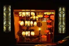 Les éclairages classiques chinois dans un éclairage font des emplettes, éclairage commercial, lampe de l'ameublement Image libre de droits