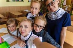 Les écolières font le selfie dans la classe à la classe Photographie stock libre de droits