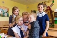 Les écolières font le selfie dans la classe à la classe Images libres de droits