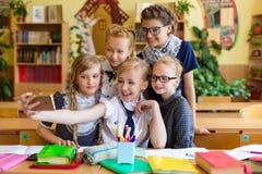 Les écolières font le selfie dans la classe à la classe Image libre de droits