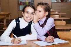 Les écolières parlent Photographie stock