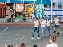 Les écoliers de l'école Katzenelson célèbrent 50 ans de Photos stock