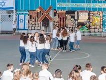 Les écoliers de l'école Katzenelson célèbrent 50 ans de Images stock