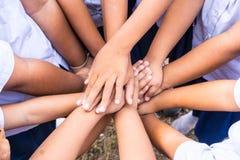 Les écoliers emploient la coordination de main dans diverses activités photographie stock libre de droits