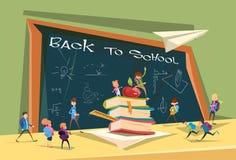 Les écoliers groupent au-dessus du panneau de classe de nouveau à la bannière d'école illustration de vecteur