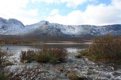 Les écoulements de courant dans le lac de montagne d'automne Photographie stock
