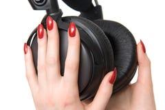 Les écouteurs avec la femme remet le sideview Photo stock