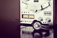 Les écouteurs avec le stéréo analogue ouvrent l'enregistreur Vinta de platine du dérouleur de bobine Photographie stock libre de droits