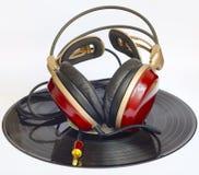 Les écouteurs en bois ont arrangé au-dessus d'environ vieux 33 t/mn Photo stock