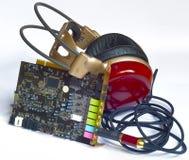 Les écouteurs en bois ont collé dans la carte électronique de carte son de fente. Image stock
