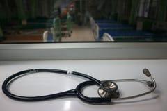 Les écouteurs hauts étroits sont les dispositifs médicaux pour l'examen de la maladie que le docteur doit employer image stock