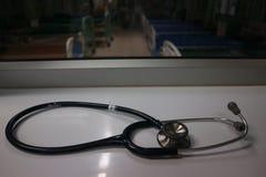 Les écouteurs hauts étroits sont les dispositifs médicaux pour l'examen de la maladie que le docteur doit employer photographie stock