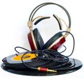 Les écouteurs ont arrangé au-dessus d'environ vieux vinyle de 45 t/mn Photo stock