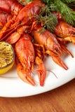 Les écrevisses cuites et belles d'un plat ont combiné avec le citron Photo stock