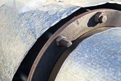Les écrous attachent le tuyau industriel est étroit Photos libres de droits